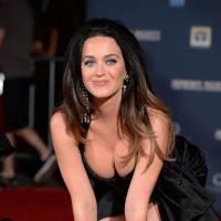 Katy Perry sexy et très décolletée pour laisser ses empreintes au TCL Chinese Theatre
