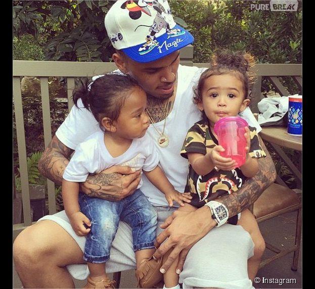 Rihanna completement bour en boite se bat avec deux filles
