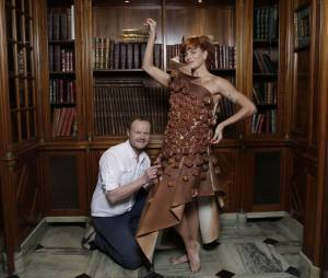 Fauve Hautot prend la pose avec sa robe en chocolat avant le Salon du Chocolat 2015