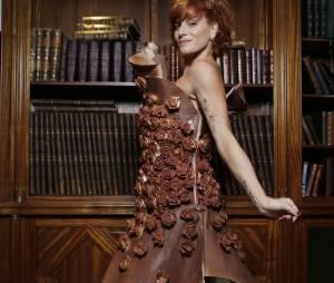 Fauve Hautot sexy dans une robe en chocolat avant le Salon du Chocolat 2015