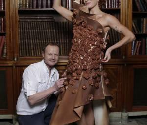Fauve Hautot pose avec sa robe en chocolat avant le Salon du Chocolat 2015