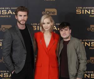 Jennifer Lawrence entourée par Liam Hemsworth et Josh Hutcherson au photocall d'Hunger Games 4, le 10 novembre 2015 à Madrid