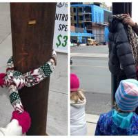 Trop mignon : des enfants attachent des manteaux chauds dans les rues pour les SDF