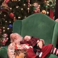 Un Père Noël fait la sieste avec un bébé de 6 mois : une adorable photo fait le buzz