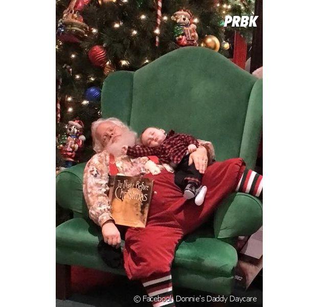 Un Père Noël fait la sieste avec un bébé et fait le buzz