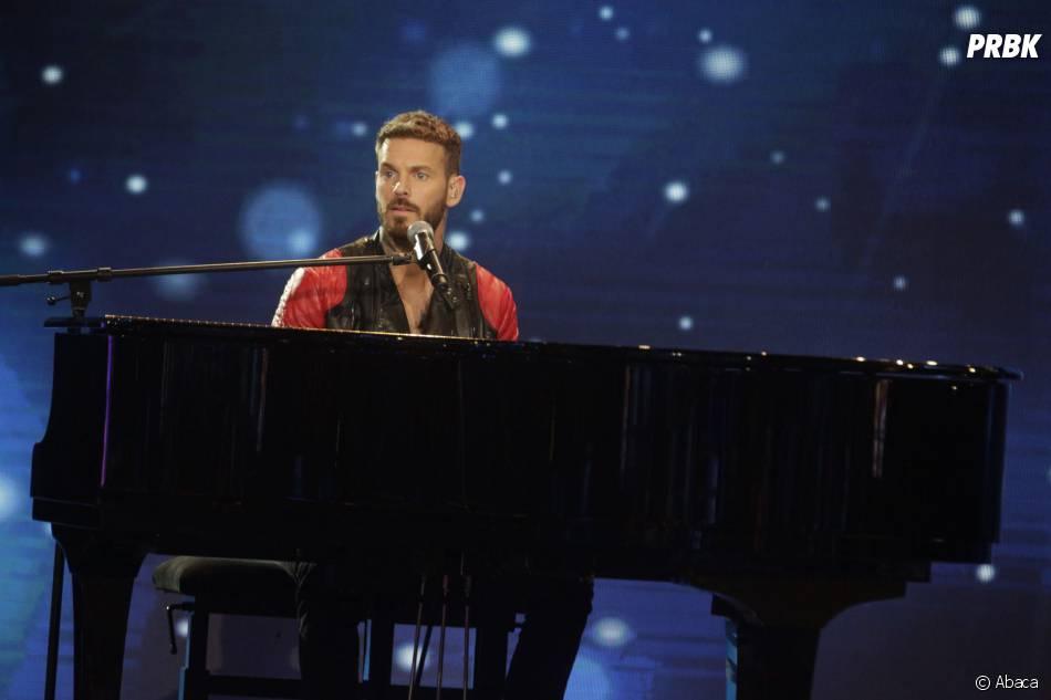 M. Pokora au piano pour la soirée du Téléthon sur France 2 le 5 décembre 2015