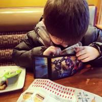 A 6 ans, ce parfait petit gentleman invite sa maman à dîner et fait fondre Facebook