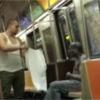 Il donne son propre t-shirt à un SDF dans le métro : la jolie vidéo qui émeut le web