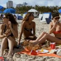 Nadège (Friends Trip 2) sexy en bikini à la plage... avant de se faire attaquer par des mouettes !