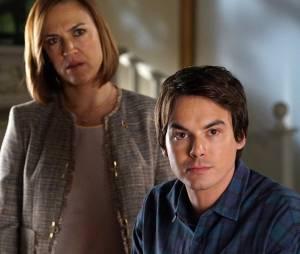 Pretty Little Liars saison 6, épisode 12 : Caleb (Tyler Blackburn) et la mère de Spencer sur une photo