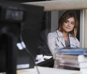 Pretty Little Liars saison 6, épisode 12 : Aria (Lucy Hale) sur une photo