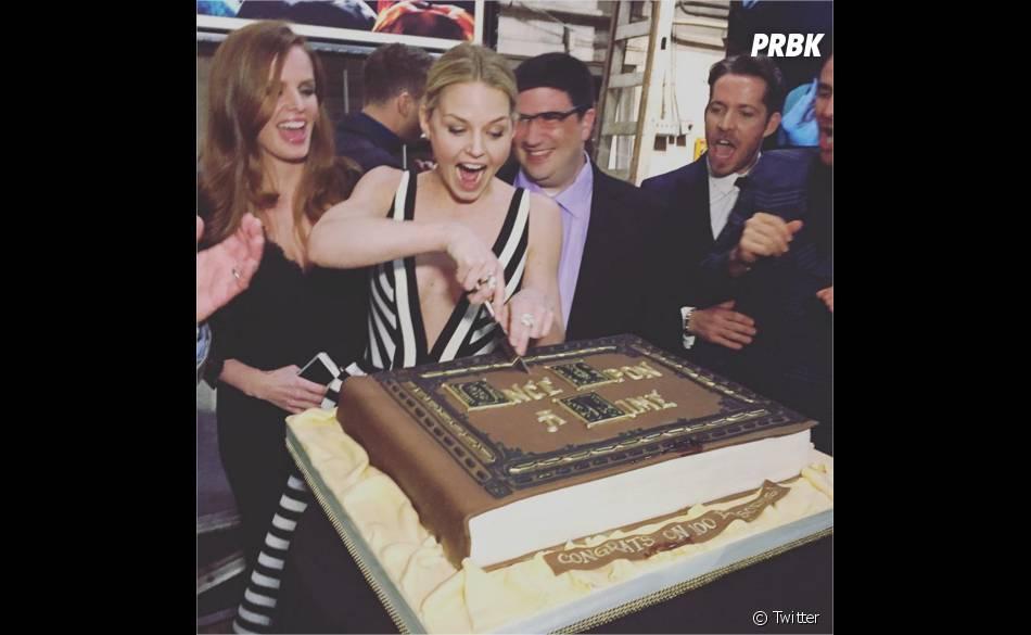 Once Upon a Time saison 5 : Jennifer Morrison coupe le gâteau à la soirée pour le 100ème épisode le 21 février 2016