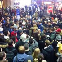 9 000 euros distribués aux passants en pleine gare : l'opé buzz pour obtenir des votes