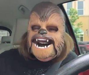 Elle est victime d'un fou rire à cause d'un masque de Chewbacca