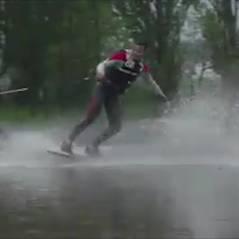 Ces jeunes profitent des inondations pour faire du wakeskate sur un terrain de foot dans le 91