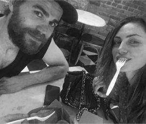 Paul Wesley et Phoebe Tonkin au restaurant pendant leurs vacances en 2016