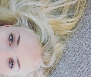 Sophie Turner alias Sansa dans Game of Thrones est devenue blond platine.