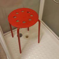 Ikea : un homme se coince un testicule dans un tabouret, la société lui répond avec humour 🍆