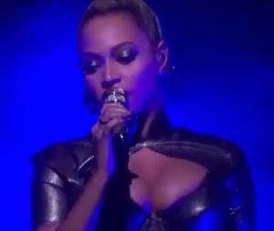 Beyoncé continue de chanter malgré une oreille blessée et en sang.