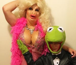 Colton Haynes déguisé en Piggy la cochonne du Muppet Show pour Halloween