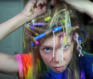 Grav3yardgirl a essayé de se boucler les cheveux avec des tampons !
