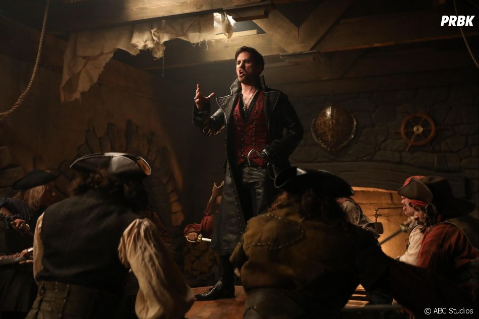 Once Upon a Time saison 6, épisode 20 : Hook (Colin O'Donoghue) chante sur une photo