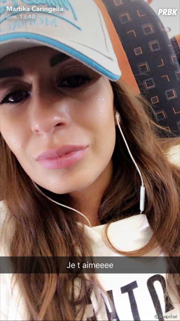Martika Caringella en pleurs dans l'avion