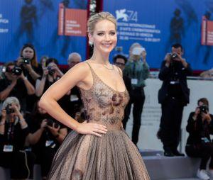 Jennifer Lawrence sexy en robe transparente, elle évite son chéri Darren Aronofsky à Venise