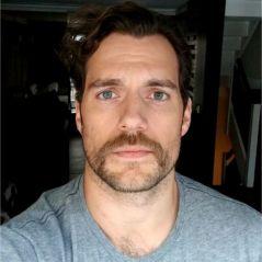 """Justice League : une """"moustache d'acteur porno"""" pour Superman ? Ben Affleck se marre"""