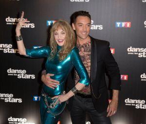 """Danse avec les stars 8 truqué ? Gilles Verdez balance : """"Arielle Dombasle a signé pour quatre primes"""", donc """"ils ont viré Vincent Cerutti"""" puis Hapsatou Sy """"parce qu'elle est sur C8"""" !"""