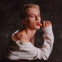 "Clip ""Bloom"" : Troye Sivan se transforme en oeuvre d'art glamour 🎨"