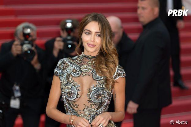 Nabilla Benattia rechange pour une chevelure plus claire en 2018, sur les marches du festival de Cannes.