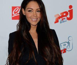 Nabilla Benattia enlève le noir de ses cheveux et opte pour une couleur brune plus claire en 2013.