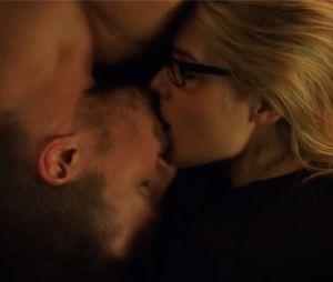 Arrow : Emily Bett Rickards se moque du baiser le plus romantique d'Oliver et Felicity