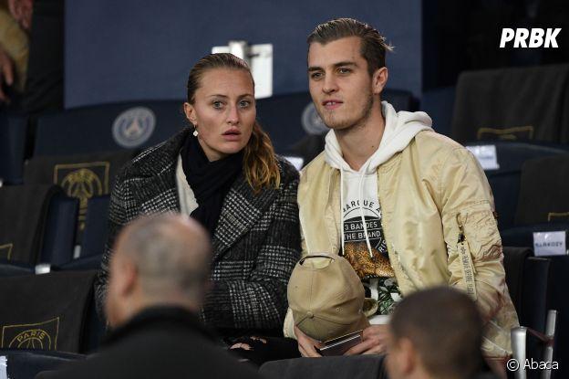 Kristina Mladenovic et son frère dans les tribunes du match PSG-Liverpool de la Ligue des champions.