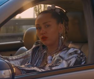 "Clip ""Nothing Breaks Like A Heart"" : Miley Cyrus marque son grand retour avec Mark Ronson"