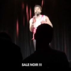 """L'humoriste Donel Jack'sman traité de """"sale noir"""" en plein spectacle, il humilie son agresseur"""