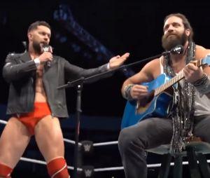 """Quand des catcheurs stars de la WWE reprennent """"Shallow"""" en slip, à la place de Lady Gaga et Bradley Cooper."""