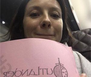 Outlander saison 5 : Caitriona Balfe pose avec le script et tease le début du tournage