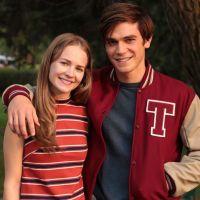 KJ Apa et Britt Robertson en couple : gros rapprochement et baisers au Comic Con ?