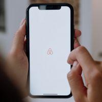 Airbnb : les moins de 25 ans ne peuvent plus louer près de chez eux, voilà pourquoi