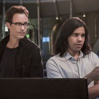 The Flash saison 7 : Carlos Valdes (Cisco) et Tom Cavanagh (Wells) quittent la série