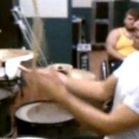 Vidéo buzz ... Un homme s'improvise batteur et jongleur ... en même temps