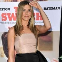 Jennifer Aniston topless ... elle tombe le haut pour Smarwater