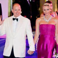 Charlene et Albert de Monaco : rayonnants et in love au gala de la Croix-Rouge (PHOTOS)