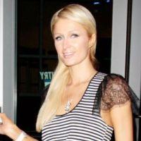 Paris Hilton : Une féministe se met seins nus devant elle (VIDEO)