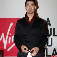 Joe Jonas à Paris : Just in Love de ses fans (PHOTOS)