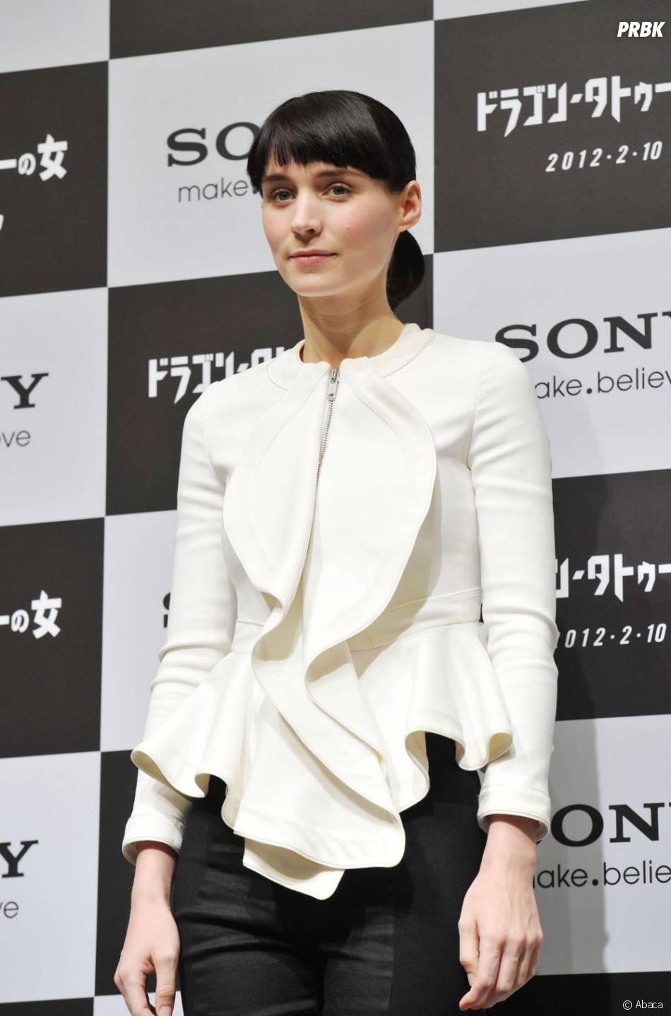 Rooney Mara porte une veste Givenchy à Tokyo