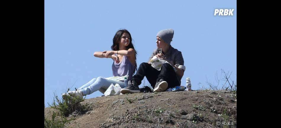 Selena Gomez et Justin Bieber papotent en mangeant leurs sandwichs