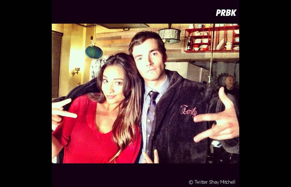 Shay Mitchell (Emily) et Ian Harding (Ezra)